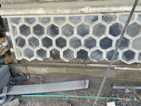 ナマコ壁にモルタルでの補修方法について(写真あり) 昔の土蔵のナマコ壁の土壁がハゲ下地が剥き出しになってます。 ここをモルタルで補修後、塗料で白く塗ろうと考えてるのですが、どんな方法がいいですか? 今考えているのは、ブラシで洗浄後、ハイフレックスを塗布。 軽量モルタル2に対しセメントを1で配合して塗る。 最後に防水系の塗料で白く仕上げ。 こんな感じですが大丈夫ですかね?