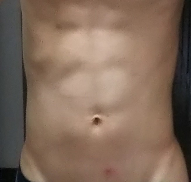 この腹筋はバキバキに割れて見えますか?普通に割れて見えますか?