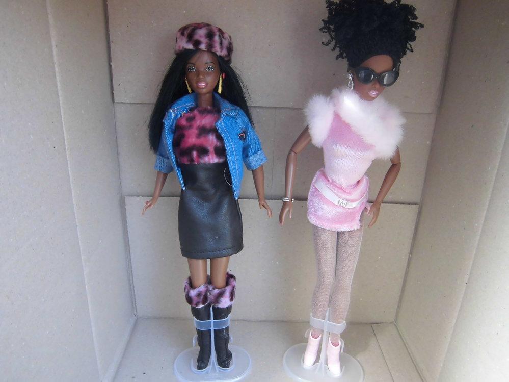 少々お恥ずかしいのですが・・・ 雑多なお店の店頭でミニカーの中古が1台100円だったのであさってみたところ、165系電車があり、会計のためにレジに行ったところ、レジの後に多数人形が飾ってあり 写真の人形を1体1000円で買って来ました。店の人(女性)はこの人形をバービーと言ってましたが、なんだか2体とも着ている洋服がペナペナではないし、子供が着せ替えて遊ぶものでもないようにみえたので、普通に飾っているのですが、後日ヤ○ダ電気やビ○グカメラなどのおもちゃ売り場を見てもこうやって浅黒い顔をしたバービーが売られていることを見たことがないのですが、これは何か特別仕様なのでしょうか? なんだか某テニス選手を彷彿するようなイメージもあるのですが。 仮に贋物でも文句はないのですが・・・・