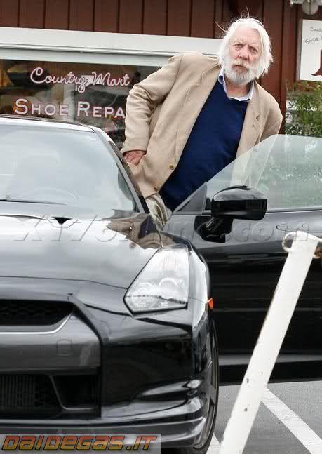 アメリカのセレブは日産GT₋Rが日本車なのになぜ乗るのですか。 ・・・・・・・・・・・・・・・ アメリカのセレブはフェラーリやメルセデスに乗る。 アメリカのセレブは日本車なんかには乗らないと聞きましたが。 ですがあの人もこの人もアメリカのセレブはGT₋Rに乗りますが。 なぜ日本車なのにセレブはGT₋Rに乗るのですか。 日本車てセレブから見たら黄色人種が作るアジア製の安物のクルマという認識なのでは。 と質問したら。 GT₋Rは別格。 という回答がありそうですが。 ですが日産がフェラーリやメルセデスと同格とは思いませんが。 それはそれとして。 アメリカのセレブはレクサスやランクルですら日本車だからと格下扱いで乗りませんが。 なぜGT₋Rだけは日本車なのにセレブ御用達なのですか。