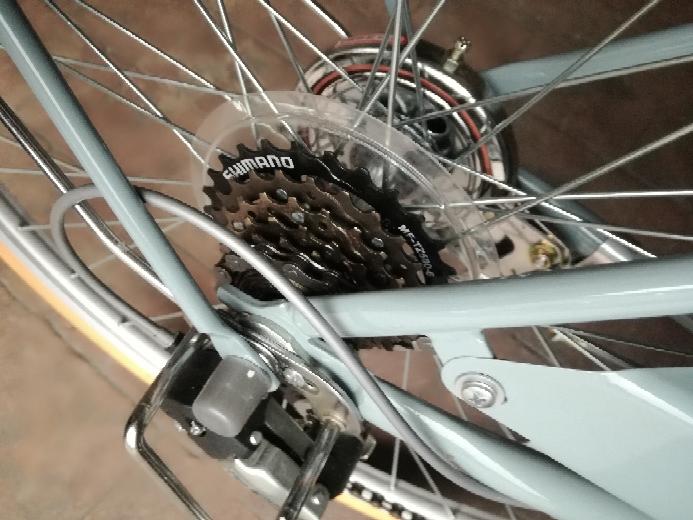 新しい自転車を買って、1か月が経ちました。 雨に濡らしたりしていないのですが… これは、サビでしょうか?