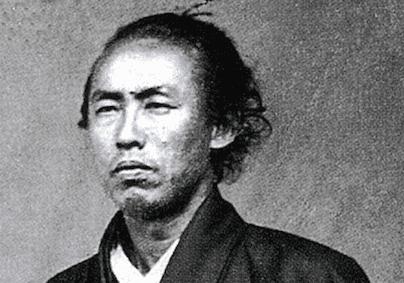 坂本龍馬について質問です。 坂本龍馬は明治維新のために働きましたが、間もなく京都で暗殺されたのですが、なぜ暗殺されたのでしょうか。 ちなみに、坂本龍馬はどのようにして暗殺されたのか教えてください。