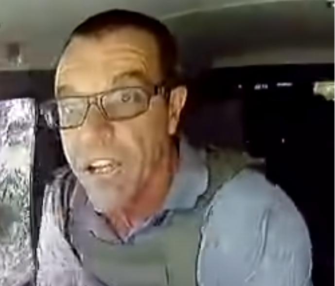 現実で現金輸送車が銃撃襲撃されたのを見事に対処するこの動画のドライバー、 誰か映画の俳優さんに雰囲気似てると思うんですが誰だと思いますか? https://youtu.be/M6qEee1_4fw 一見とぼけたような面長のおっさん、必死な仕草で手や顔を震わせ振動しながらも的確な対処をするプロフェッショナルさのコントラスト、目を見開き口を突き出す表情。 現実であった出来事ですが、なにかの映画で見たような物凄い既視感を覚えます。日本人、ハリウッド問わず、この人が似てるって人いたら教えてください。似てるのは顔の造形じゃなく仕草と雰囲気だと思うんですが。 すごくモヤモヤして夜も6時間しか寝られません。凄くメジャーな俳優な気がします。映画好きの皆さん回答よろしくお願いします。