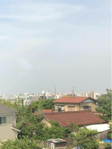 これは黄砂ですか?奥にはいつもなら山が見えます。場所は名古屋市内です。