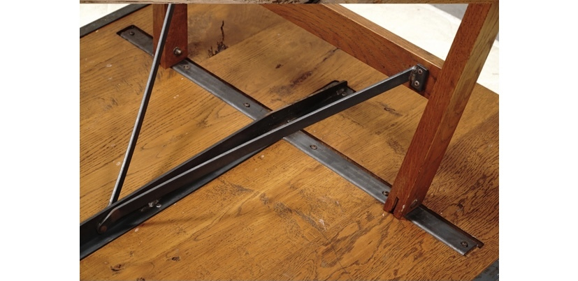 自作テーブルの金具について 自作でテーブルを作りたいな、と考えていますが、画像のような金具(?)ってどこかで売っているのでしょうか? テーブルと足を固定する金具なのですが。 ご存知の方がいらっしゃいましたらお教えください。