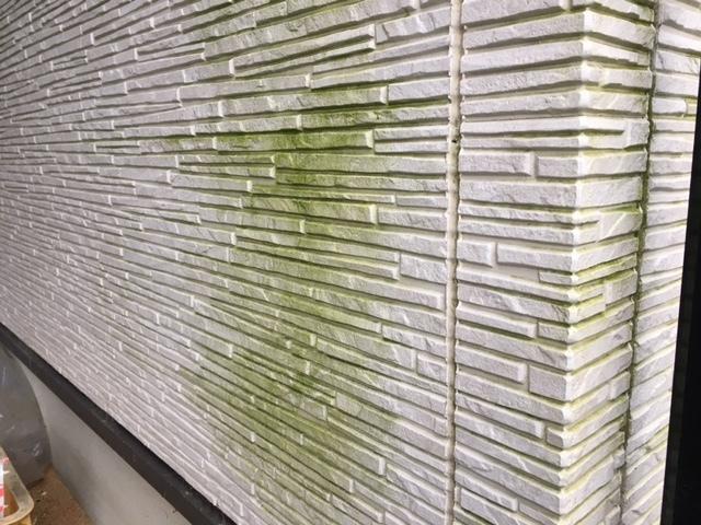 外壁の汚れ落としについて、アドバイス願います。 写真のような、緑色をした藻のような汚れを落としたいのです。 築10年、外壁はサイディングで、白っぽい色です。 よろしくお願いします。