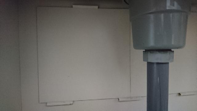 アパートのシンク下について。 久しぶりにシンク下を掃除してみると、細かい砂のような汚れが溜まっていました。 アパートの地域は強風である事が多く、部屋の窓枠・レールなどにもよく微量の砂が入り込んでくる事があるのですが、シンク下にもそのような事ってあるのでしょうか? また、恐らく何かしらの点検用だとは思うのですが、壁側にボードで覆っている部分があり、押さえ付けられているだけで固定はされていません。(スライド出来て、隙間が若干ある) 排水溝が繋がるパイプの部分も同様で、カバーみたいなものはあるものの、ボードと固定はされていません。 これらは、砂の侵入経路になり得るものなのでしょうか? また、そうならば、何かしらで固定してしまって良いものなのでしょうか? もし固定するならば何で固定したら良いかなど教えていただきたいです。 よろしくお願いします。