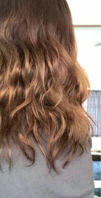 髪の毛について。 髪の毛のうねりにずっっと悩んできて、小学生の頃に1度縮毛矯正をしたのですが、美容師さんが頭をかしげて、結局次の日にはうねってしまい、高いお金もパーになりました。 それからずっと縮毛矯正は自分には向いてないのだな、と諦めていたのですが、 大人になった今、最近ますます髪の毛のうねりがきになっていて、 美容師さんにきちんと相談をして別の場所で縮毛矯正をしてもらおうか悩んでいます。...