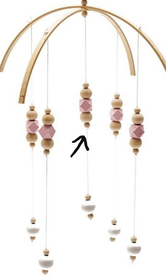 矢印のビーズが下に落ちてこないようにするには1番下を結べば大丈夫ですか? ピンクのビーズのみを飾りたい場合はビーズの穴がかなり小さくないとだめでしょうか?