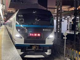 特に急がない湘南号より酷い特急はありますか? JR九州のように格安な割引特急料金設定している区間ならともかく まともな額の特急料金を払わされている区間でです。 東京ー新橋(下りは通過)-品川と3駅連続停車し、川崎、横浜、戸塚と3駅通過するも 大船ー藤沢ー辻堂ー茅ケ崎ー平塚となんと5駅連続停車 さらに大磯だけ通過し、二宮(一部通過)ー国府津とまた連続停車し、鴨宮だけ通過し小田原。 特急湘南擁護者が、これはE257系にのるための金でグリーン車よりマシとかいってたけど まぁ超人口過剰地帯の東京圏(ウィキペディアによると世界一の人口過密地帯が東京都区内~横浜市内間らしい) ですから、あの詰め込む量優先の2階建ての狭いグリーン車の自由席で50キロまで780円、それ以上1000円ですから あれ思えば たしかに50キロまで760円、100キロまで1020円ですから 特急湘南の方がマシともいえる、一応は23年おちの中古とはいえ特急車両で平屋だし、指定席なので。 今まではグリーン車利用予定の客が横浜駅で踊り子がきたらラッキーとか 湘南ライナー(185系)のグリーン車は乗り得と言われていたけど 2階建ての狭苦しいグリーン車自由席が780円ですが、踊り子がくれば快適な平屋の一応は特急電車で自由席520円でしたからね。 ライナーのグリーン車も普通電車グリーン券でしたから、たしかに乗り得だったんでしょうね。 E257系乗る為の料金なら、一応はJR東海やJR西日本の新快速とほぼ同じ表定速度の踊り子号の方がかなりお得といえるね。 あちらは東京~小田原間83キロを57~58分で結んでいて 停車駅も東京ー品川ー川崎ー横浜ー大船ー小田原ですから、まぁ一応は特急ですよ、車両も23年落ちのE257系で特に急がない湘南号と同じ車両 でも、特に急がない湘南号は踊り子と同じ特急料金なのに、停車駅は快速以下の 東京ー新橋(上りのみ)-品川ー大船ー藤沢ー辻堂(快速通過駅)-茅ケ崎ー平塚ー二宮(快速通過駅)-国府津ー小田原 東京~小田原間83キロを踊り子より20分も遅い80分で結んでいる (最速1本だけ69分というのもあるが、逆に86分なんてのもあるし)