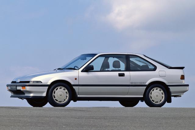 なぜホンダは低価格なスポーツカーを作らないのですか。たぶん2。 ・・・・・・・・・・・・・・・・・・・・・ S660が廃止でホンダのスポーツカーはアメリカ製のNSXだけになりましたが。 なぜホンダは昔のCR₋XやインテグラみたいなFFの低価格なスポーツカーを作らないのですか。 と質問したら。 売れないから。 という回答がありそうですが。 たぶん日本ではそこそこしか売れないと思いますが。 世界的に見ればそこそこ売れるのでは。 と質問したら。 コスト。 という回答がありそうですが。 CR₋Xやインテグラみたいにフィットをベースにクーペのボディを架装すれば低価格スポーツカーなんかすぐに作れるのでは。 それにフィットがベースなら売れなくても採算は合うと思いますけど。 それはそれとして。 なぜホンダはCR₋Xやインテグラみたいなスポーツカーを作らないのですか。 ホンダて軽自動車とミニバンとセダンしかないのでスポーツカーをラインナップしてもいいと思うのですが。 typeRみたいな超高性能ではなくてSiみたいな高性能モデルのスポーツカーをなぜホンダは出さないのですか。