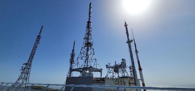 函館山のテレビ&FMラジオ送信所の写真です。 このアンテナの中でFMの送信アンテナはどれでしょうか?? 分かる人いますか??