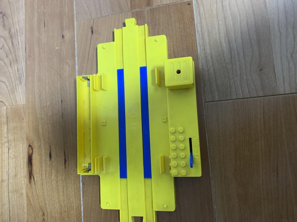 プラレールのこのレールは何ですか? 25年以上前のプラレールの線路の部品なのですが、これはなんですか? 電池を入れると音がなりました。 信号機?