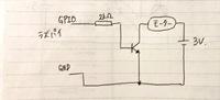 トランジスタが動作しません。 初めて電子工作に挑戦しています。 ラズベリーパイからDCモーターを動かすためにトランジスタを用いて回路をブレッドボード上に組みましたが動作せず困っています。  ・モーター(RE-140RA)を動かすために300mAほど欲しい。 ・トランジスタ(PN2222)の増幅率を200と考えると、ベース電源となるラズパイからは1.5mAほど流せばいいはず。 ・ベー...