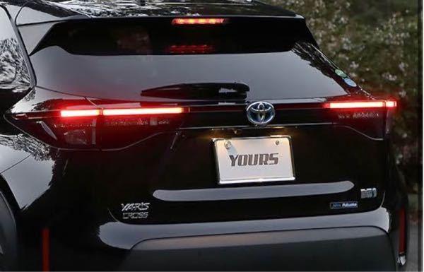 ヤリスクロス Gグレード ガソリン 2WD ユーザーです。 テールランプについて質問です。 夜間ライト点灯時またはブレーキ時に画像のような横棒のランプがつきません。 同じグレードで4WDの友人はつくのですが、これはオプションか何かでしょうか? またディーラーに行ったら対応していただけるでしょうか? 教えていただけたら幸いです。よろしくお願いします。