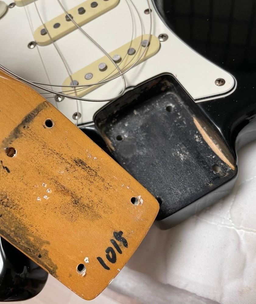 正体不明のFender Japan 1984年製(?)JVシリアル ST-62について 本当に正体不明といいますか、よく知られたJVの特徴が1つもないギターです。 リフィニッシュの可能性も排除出来ないと思いますが、だとするとネックに書いてある数字や、ネックポケットの塗り潰しなど、ちょっと見たことのない要素もあります。 質問者の所有物ではないのですが、このギター、正体お分かりでしょうか。 (*鉛筆書きの年表記、ABCのスタンプ、ヘッドやネックのMADE IN JAPANの表記はもちろんありません)