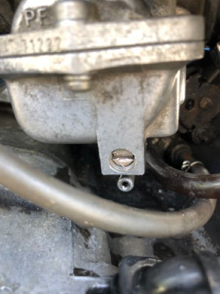 ns50f キャブのガソリン抜くところのマイナスになってるとこを締めているのにガソリンをキャブに送るとここからガソリンがドバーッと出てきてしまいます。 何が原因でしょうか??