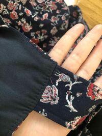 ジャンパースカートを購入したのですが、肩紐?の部分が長いので調節して直したいと考えています。写真のような場合どのように直せば良いでしょうか?出来れば手縫いで直そうと思っています。写真は裏面の部分です。