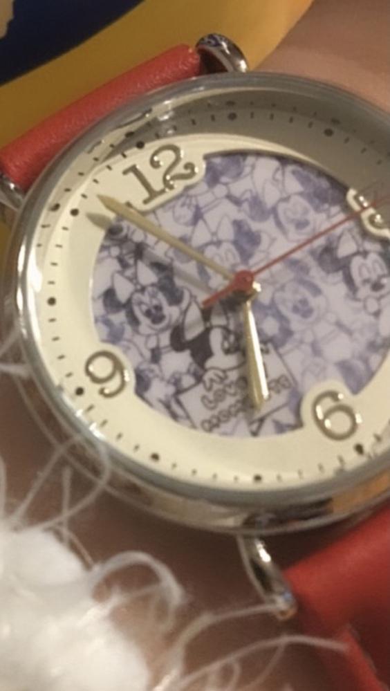 この写真と全く同じデザインの時計の紺色を探しています。ひと通り店舗もネットも探してみましたが、一向に見つかりません。 どなたか情報を知っていたり、探してくださる方いませんか。ネットでも店舗でもフリマでも構いません。