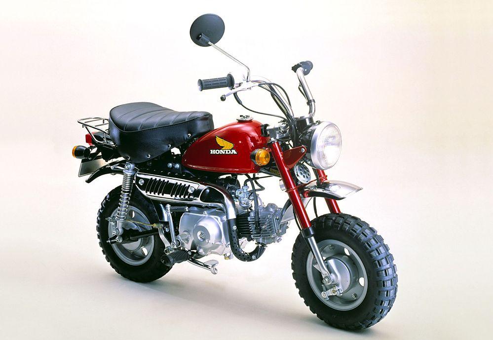なぜバイクて遠心クラッチにしないのですか。 ・・・・・・・・・・・・・・・・ 最近は250㏄でもクイックシフターが標準装備。 大型バイクだとDCTが装備されているバイクも多いですが。 ・・・・・・・・・・・・・・・・ よく分からないのですが。 そんな複雑で高価なクイックシフターやDCTにしなくても。 自動遠心クラッチのほうが安くていいのでは。 ・・・・・・・・・・・・・・・・ よく分からないのですが。 クイックシフターは発進や停止時はクラッチ操作が必要ですが。 自動遠心クラッチなら発進や停止のときクラッチ操作不要だから便利なのでは。 ・・・・・・・・・・・・・・・・ よく分からないのですが。 クイックシフターて回転数が合わないとギアチェンジできませんが。 自動遠心クラッチなら回転数無視でギアチェンジできますが。 ・・・・・・・・・・・・・・・・ よく分からないのですが。 自動遠心クラッチのほうがメリットが多いのでは。 と質問したら。 自動遠心クラッチはギアチェンジするときアクセルを戻さないといけない。 という回答がありそうですが。 むしろアクセルを戻してギアチェンジしたほうがタイミングを合わせやすいのでは。 それはそれとして。 確かにコンマ何秒でギアチェンジしたいSSならクイックシフターですが。 確かにオートモードでも走りたいツアラーならDCTですが。 ですがZ250とかZ400とかZ900RSとかなら自動遠心クラッチでもいいのでは。