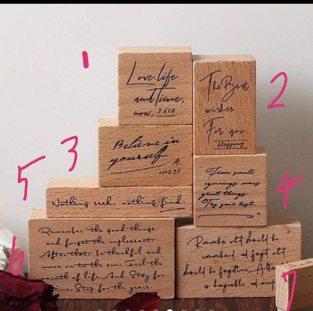 こちらのハンコに筆記体の英語が書かれているのですがなんて書いてありますか?訳するどういった意味になるのでしょうか?教えて頂けたら幸いです( ᴗ_ᴗ )ペコッ