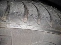タイヤの交換目安について教えてください。写真の通り、ヒビが目立つようになりました。よろしくお願いいたします。 ・走行距離1万2000キロ ・車の製造日から約5年経過で一度もタイヤの交換はなし ・タイヤのメーカーはMICHELINのPrimacy 3 225/50R17