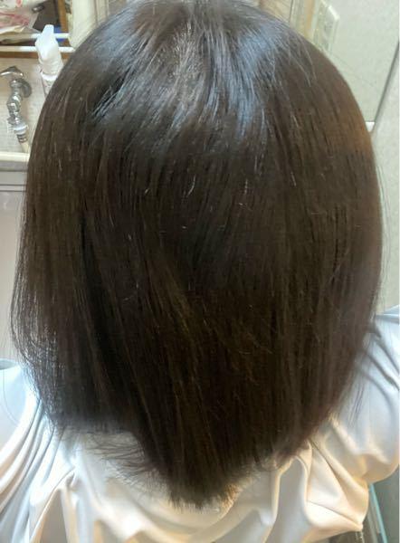 昨日髪の毛切って縮毛矯正してきました。 縮毛矯正した当日は髪の毛洗っちゃダメと美容師さんに言われたので言われた通りに昨日は髪の毛洗わず今日髪の毛洗いました。ドライヤーをしてストレートアイロンで真っ直ぐにしたんですけど後ろは自分じゃできないのでケータイでどんな感じになってるのか写真撮って見たんですけど、どうしても真ん中の上のうねりが真っ直ぐに治らずストレートアイロンじゃ自分ではできなくてどうすればいいか分からないんです。治す方法ってありますか?