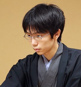 この写真の男性はどなたか分かる方いらっしゃいますか??将棋の棋士さんだと思うのですが…
