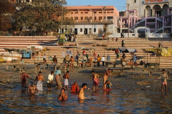 古代のインドで、慰み者にされた乙女らをガンジス河に沐浴させたのですか? . どこかで聞いた話です。 インド付近では女性らの清純さ処女性清らかさが何よりも重要視されてきた歴史があると、どんな理由にせよ純潔を失った女性たちは結婚に値しないとみなされるとも。 しかし、比較的古代のインドの町が、敵国に攻め込まれ敵兵士たちに攻め込まれてしまい、町が占領されてしまったと。 追い出された男性たちが他の町の同胞たちに増援を読んで、数週間かけて抗戦し敵兵たちを追い出し、再び街を取り戻すことができた。 しかし問題が起こった、それは占領されていた街に取り残されてた若い女性たちのほぼすべてが、占領中に敵兵士たちに慰み者にされて凌辱されていたことだと。 少数ならば見捨てたろうが、数百名以上の女性たちであり、切り捨てるには人数が多すぎた。 かといって、妻や恋人や娘としてそのままでは戻すのは価値観的に難しかった。 そこで、当時の司祭的な人物が、彼女たちを聖なる河であるガンジス川に沐浴をさせた。 聖なる河に沐浴させることで彼女たちの体は清められて、清純さ処女性を取り戻せたと解釈し説明したのだと。 そうして慰み者にされた乙女らは妻や恋人や娘に戻してもらえることになった。 ただ、やはりすでにほかの男たちからお手付きになったとして、偏見は長く残ったとも。 どうなのでしょう、これって真実なのでしょうか? インド付近でこのような出来事があったのですかね? それとも、創作というか誇張された話なのでしょうか? インドの歴史や宗教に関心のある方など、ぜひ皆様のご意見をお聞かせください。 あと、現在のインドでも女性らが何らかの理由で他の男性と肉体関係を持っても、聖なる河であるガンジス川に沐浴したならば、許してもらえたり見逃してもらえるのでしょうか? 良ければこれにも。 お待ちしております。