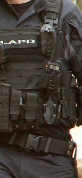 サバゲー装備について ドラマ版のS.W.A.Tを見てストリート装備を組みたいのですが画像に写ってる無線機の下あたりにあるナイフ?みたいなのを探してるのですが良さそうなのてありますか?