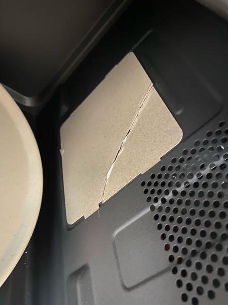 至急です 購入した電子レンジの雲母板を、ビニールを外す作業と一緒に誤って取り外して割ってしまいました 説明書には絶対に外さないでくださいと記載していて、付け直したんですが、この電子レンジは使用できますか 、、?