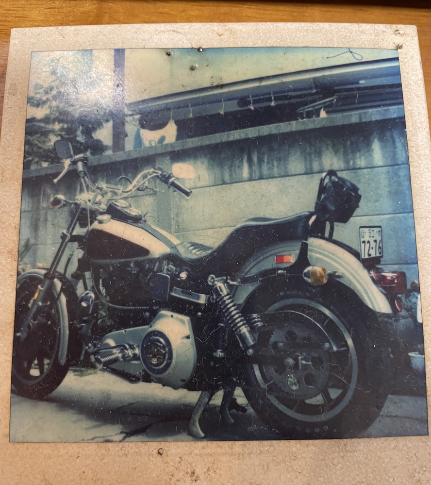 Harley-Davidsonのこのバイクの車種どなたかわかる方いらっしゃいませんか?! 亡き父が30年以上前に乗っていた物です。 自分もバイクに乗るのですがハーレーに関してあまり詳しくなく、分かる方がいらっしゃれば教えていただきたいです。 よろしくお願い致します。