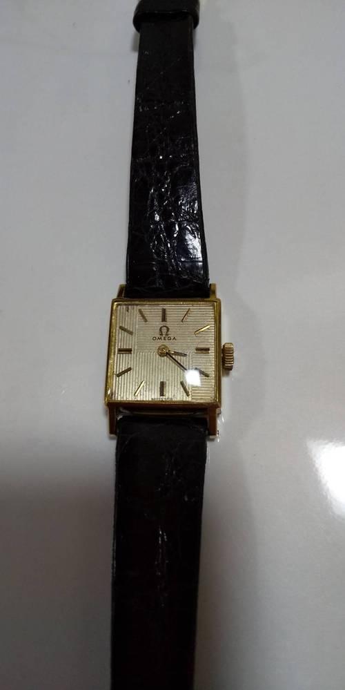 時計に詳しい方、これがなんという品番?名前?の時計か、わかる方教えてくださいm(_ _)m 裏面など、探しましたが品番などの記載はありませんでした。omegaの時計です。