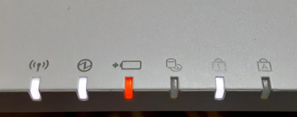 ノートパソコン(windows) 富士通のFMVです。 充電が少なくなっても、電源をさしても このように赤くなっています。 パソコン関係詳しけないので、 原因を教えてくださると幸いです。