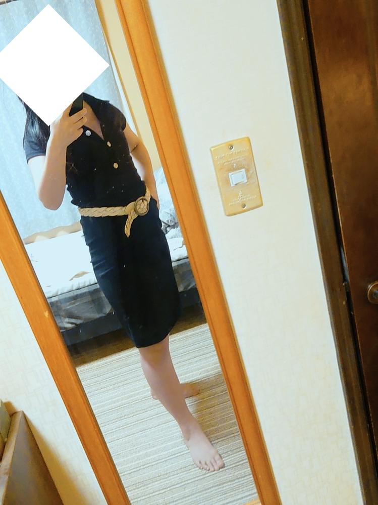 素材が違う黒×黒、どう思いますか? 写真では分かりにくいのですが、上下はセパレートです(ワンピに見えなくもない…)。ウエストに白いベルトをon!ゴールドのチェーンベルトもありますが、ウエストをハッキリさせるのには普通のベルトの方が良いかなって感じです。因みに鏡が汚れていますが、お気になさらず…! 素材違いのblack×black、どう着こなしたらいいでしょうか?