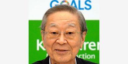 以下の東京新聞社説を読んで、下の質問にお答え下さい。 https://www.tokyo-np.co.jp/article/103404?rct=editorial (東京新聞社説 <社説>経団連会長交代 存在意義から問い直せ) 『経団連の中西宏明会長の退任が決まった。体調問題が理由で、やむを得ない判断だ。経団連自体の影響力低下が著しい中、新体制では存在意義も含めて組織のあり方を根本的に問い直すべきだ。 日立製作所の会長でもあった中西氏はリンパ腫で闘病中だった。財界のリーダー役を続行することは困難だと自ら判断したことは妥当だとしても、後任人事には失望を感じざるを得ない。 次期会長に内定した住友化学会長の十倉雅和氏の決定をめぐっては、経団連内で要職を務める経営者同士の水面下の調整により、無難な人選に落ち着いたとの印象がぬぐえない。 経団連で最も深刻なのは、時代を見据えた情報発信能力の欠如である。コロナ禍を巡っても、企業や社会を救うための有効な提案を発する場面は少なく、経済界を代表する組織としては物足りない。 景気の低迷期であっても、政府や日銀が金融緩和で株価を下支えし、多くの大企業の財務環境は良好だ。その結果、企業の内部留保は過去最高額に達している。 にもかかわらず、経団連は今年の春闘でも、賃金を抑制する姿勢ばかりが目立った。 大企業の経営者が足元の決算を優先し、人件費の削減ばかりに注力する姿勢は、経団連内部にも浸透しているのだろう。 旧態依然気味の人事を繰り返して、国民生活への目線も欠く経団連が生まれ変わるには、新しい産業にも通暁し、日本経済全体をけん引する力量を備えた人材の抜てきが必要なはずだ。 中西氏が正式に退任する六月の定時総会では、IT大手「ディー・エヌ・エー(DeNA)」の南場智子会長が経団連史上初の女性副会長に就任するが、例えば南場氏を含む新興勢力のトップの中から後任の会長を選び、それを副会長が支える体制を敷くのも一案ではなかったか。 株価の時価総額をみると、日本勢は米中の企業と比べて苦戦してはいるが、国内総生産(GDP)は世界第三位を維持し、有数の対外債権国でもある。 問題は保有する莫大(ばくだい)な資金を生かす技術革新能力の低下だ。名だたる企業が参加する経団連は改革の先頭に立つべきだが、現実はかけ離れた存在になっている。 経団連が政治と深く関わり影響力を発揮する時代は終わった。既存勢力の維持に腐心するのではなく、時代と向き合う新たな組織の構築を強く求めたい。』 ① 『日立製作所の会長でもあった中西氏はリンパ腫で闘病中だった。財界のリーダー役を続行することは困難だと自ら判断したことは妥当だとしても、後任人事には失望を感じざるを得ない。』としても、原発輸出を積極的に行なって来た中西宏明会長が退任する事は、日本の国にも国民にも悦ばしい事なんじゃありませんか? https://www.asahi.com/articles/ASP5B3RFYP5BULFA00M.html (朝日新聞デジタル 経団連の中西宏明会長が退任へ リンパ腫が再々発の疑い) ② 後任会長には住友化学会長の十倉雅和氏が選ばれましたが、例えばSoftBankグループの孫正義会長兼社長を起用したら、経団連も原発推進をしなく成るんじゃありませんか? ③ 『旧態依然気味の人事を繰り返して、国民生活への目線も欠く経団連が生まれ変わるには、新しい産業にも通暁し、日本経済全体をけん引する力量を備えた人材の抜てきが必要なはずだ。』とは、②を含めた人材の抜擢が必要なんじゃありませんか? ④ 『中西氏が正式に退任する六月の定時総会では、IT大手「ディー・エヌ・エー(DeNA)」の南場智子会長が経団連史上初の女性副会長に就任するが、例えば南場氏を含む新興勢力のトップの中から後任の会長を選び、それを副会長が支える体制を敷くのも一案ではなかったか。』とは、やっぱり孫正義氏を会長にするべきですよね? ⑤ 『株価の時価総額をみると、日本勢は米中の企業と比べて苦戦してはいるが、国内総生産(GDP)は世界第三位を維持し、有数の対外債権国でもある。問題は保有する莫大(ばくだい)な資金を生かす技術革新能力の低下だ。名だたる企業が参加する経団連は改革の先頭に立つべきだが、現実はかけ離れた存在になっている。』とは、それを軌道修正出来る孫正義氏の様な剛腕が必要とは思いませんか? ⑥ 『経団連が政治と深く関わり影響力を発揮する時代は終わった。既存勢力の維持に腐心するのではなく、時代と向き合う新たな組織の構築を強く求めたい。』とは、例えば原子力産業からの撤退を経団連の主導で断行するべきですよね? ↓、経団連の中西宏明会長