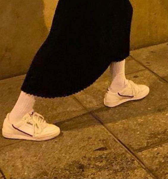 画質が悪くてわかりにくいとは思うのですが、 こちらのスニーカーの名前分かる方いらっしゃいますか? adidasのスニーカーかなとはおもったのですが、詳しい名前がわかりません、、