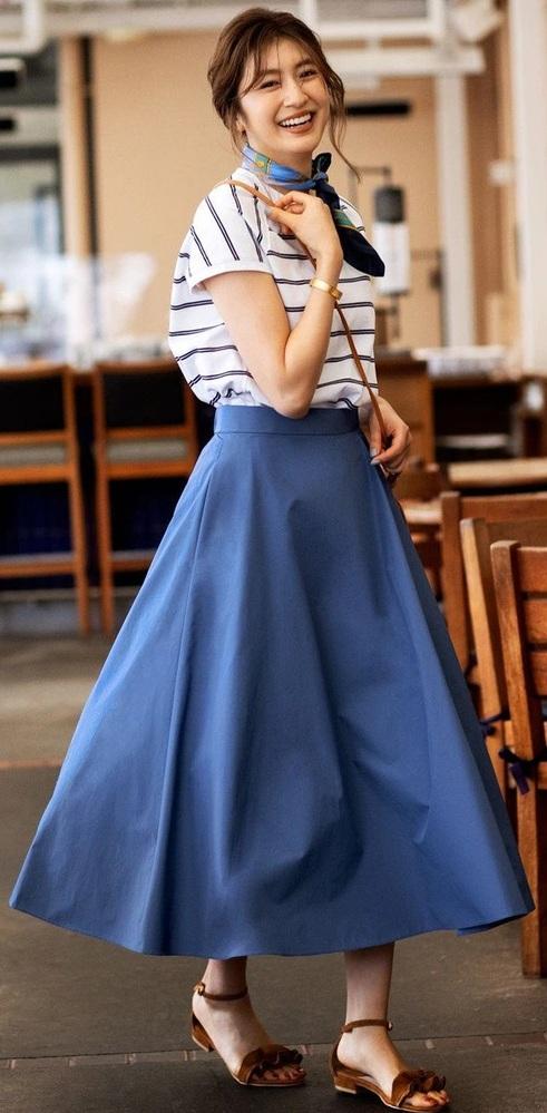 この女性が、この服装で身体をクルクル回転させたらスカートはどうなる? . この女性が、この服装で バレリーナorフィギュアスケートの様に身体を高速でクルクル回転させると、 この女性が穿いているスカートは遠心力でどんな形に変形しますか?
