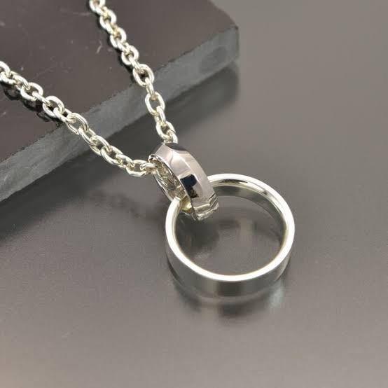 シルバーにロジウムメッキの指輪をこんな風にネックレスにして付けていたら、どれくらいの期間で剥がれますか? あと剥がれてきたら再メッキしてもらいたいんですけど、裏側に刻印があって表に石が付いていても再メッキしてくれますか? 石はガーネットとエメラルドです(彼女とのペアリングで、お互いの誕生石を入れてます)。 購入したサイトを見てもアフターサービスについては何も書かれてないので、近くの工房に頼む形になると思います。