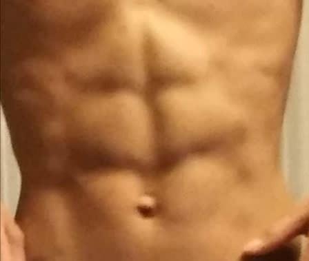 この腹筋はバキバキに割れているように見えますか?凄いですか?