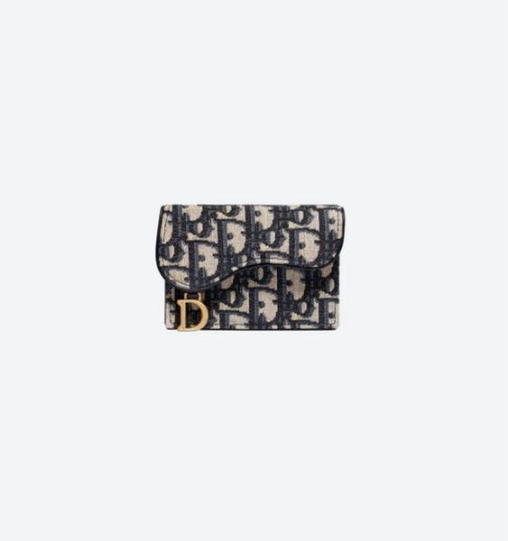 30代の先輩にお財布をプレゼントしようと思うのですが、どちらが良さそうでしょうか?韓国の方なので、韓国で流行りのDiorのオブリークとGUCCIのお財布どちらかにしようと思っています。みなさんのご意見をお聞きし たいです。