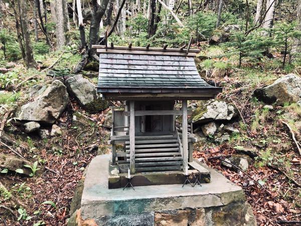 神社に関する質問です。 先日ダムの近くにある稲荷神社に立ち寄ったところ、境内の中にある小さなお社の扉が開いておりました。 誰かが開けたものなのかどうかもわからず、神社に関する知識もなかったので若干の恐怖を感じました。 扉が開いていたのには何か理由があるのでしょうか?