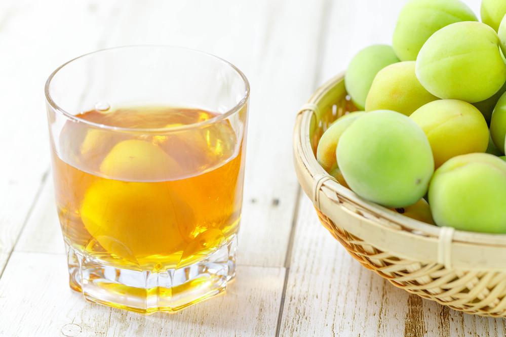 初夏の青い梅から 家で梅酒を作ることはございますか??