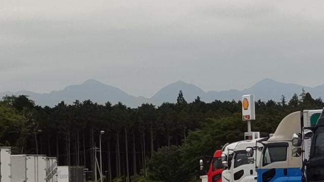 添付写真は、足柄サービスエリア上りから丹沢方面を撮影したものです。三つのピークを確認できますが、左、中央、右の山が、それぞれどのような名称であるか、教えて下さい。