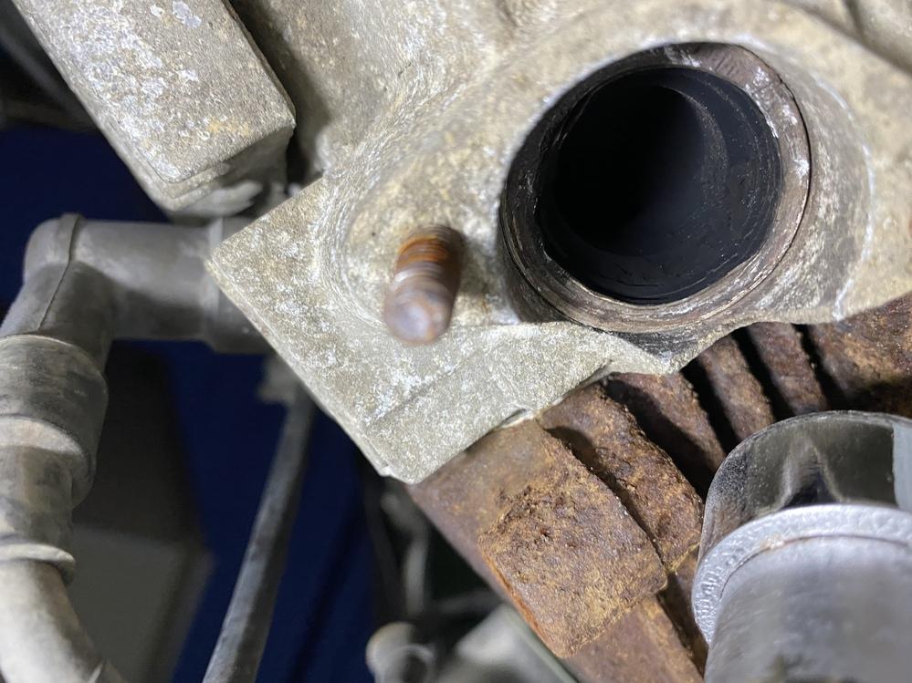 スーパーカブ70 93年式のマフラー交換についてアドバイスを頂きたいです! アウスタさんのモナカマフラーを取り付けようとしたのですが、フランジにネジが届かず取り付けできません。マフラーの先端を加工しないとダメでしょうか? またエンジン側の問題でしょうか?
