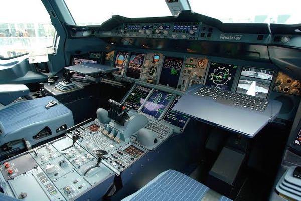 なぜA380などのエアバス機の操縦席には写真のようなテーブルがあるのですか