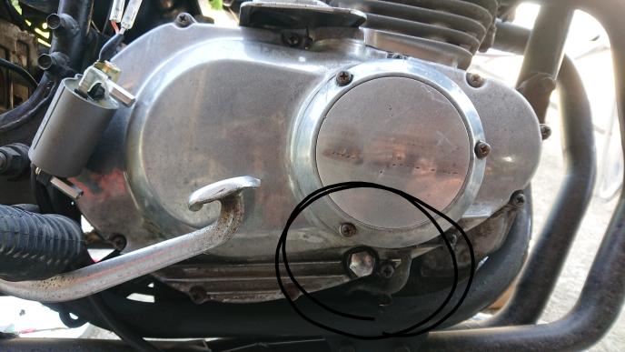 GSX250Eザリをお乗りのかた、バイク整備士のかたに質問です。 写真の丸部分を緩めたらオイルが抜けたのですが、ここはエンジンオイルのサブのドレンでよかったですか? 間違いで抜いてしまい、こまってます。抜いてしまった以上、なんのオイルなのか調べて補充しなくては、いけないので分かるかたよろしくお願いいたします