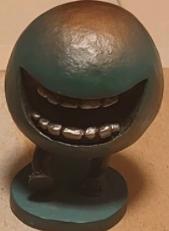 これって何のフィギュアか分かる人いますか? 歯だけある球体が歩いているフィギュアなんですが