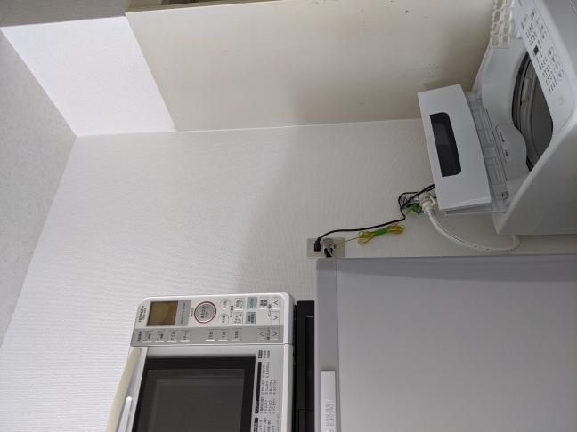 添付画像の洗濯機の上のスペースが空いているので、なにかものを置くスペースにしたいです。 しかし、賃貸なので、壁に穴を開けたりして何かを取り付けたりできません。 どうしたら、このスペースは有効活用できますか?