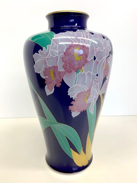 この花瓶に描かれている花は何という名前でしょうか? 教えてください。